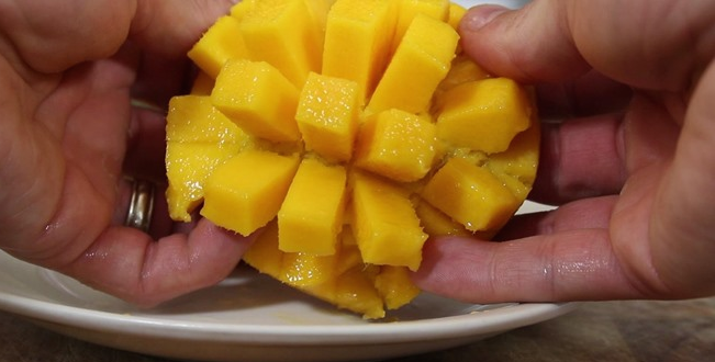 eating mango like a pro