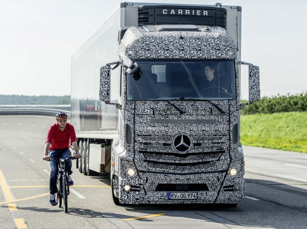 Mercedes-Benz Blind Spot Assist / Turning Corners - Abbiegen