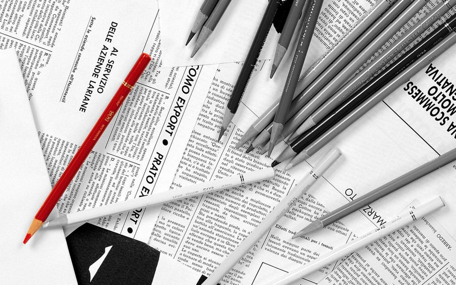 英字新聞と鉛筆のモノクロ・白黒写真の壁紙