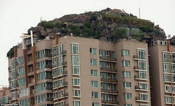 Chines Guy Builds Mountain Getaway on Top of Building3