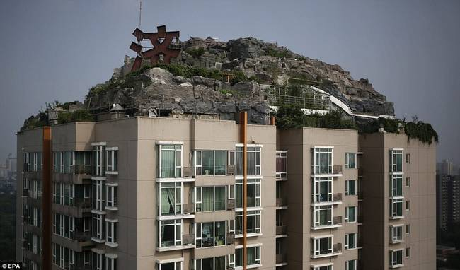 Chines Guy Builds Mountain Getaway on Top of Building7