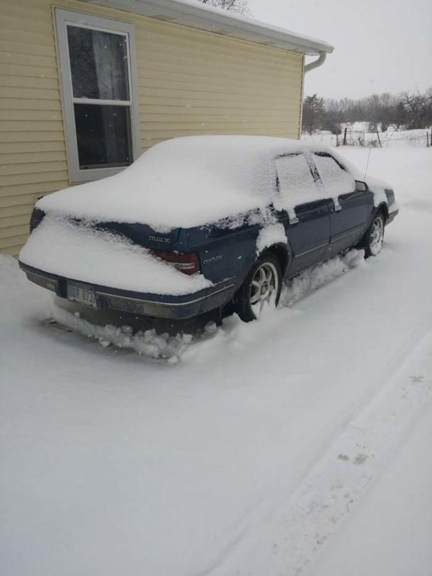 Snow Prank – Constructing an Igloo2