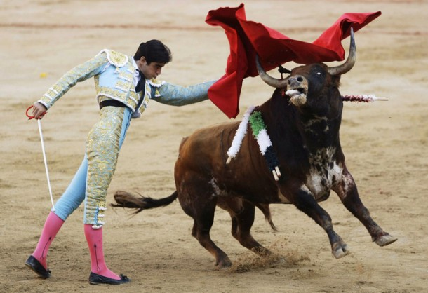 Spanish bullfighter Miguel Angel Perera performs a pass on a bull during the last bullfight of the San Fermin festival in Pamplona, July 14, 2009. REUTERS/Susana Vera (SPAIN SOCIETY)