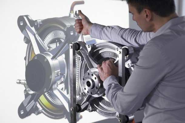 Um den Motor zu realisieren, haben die Siemens-Experten alle Komponenten bisheriger Motoren auf den Prüfstand gestellt und bis ans technische Limit optimiert. Mit Hilfe neuer Simulationstechniken und ausgeklügeltem Leichtbau erreicht der Antrieb ein einzigartiges Leistungsgewicht von fünf Kilowatt (kW) pro Kilogramm (kg) – vergleichbar starke Elektromotoren in der Industrie liegen unter einem kW pro kg. To implement the world-record motor, Siemens' experts scrutinized all the components of previous motors and optimized them up to their technical limits. New simulation techniques and sophisticated lightweight construction enabled the drive system to achieve a unique weight-to-performance ratio of five kilowatts (kW) per kilogram (kg).
