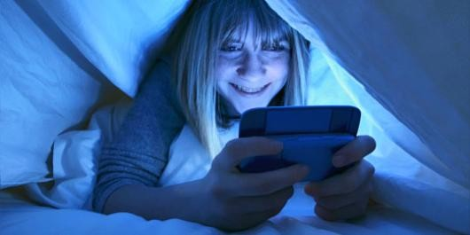 What Using Your Smartphone Before Sleeping Is Doing To You