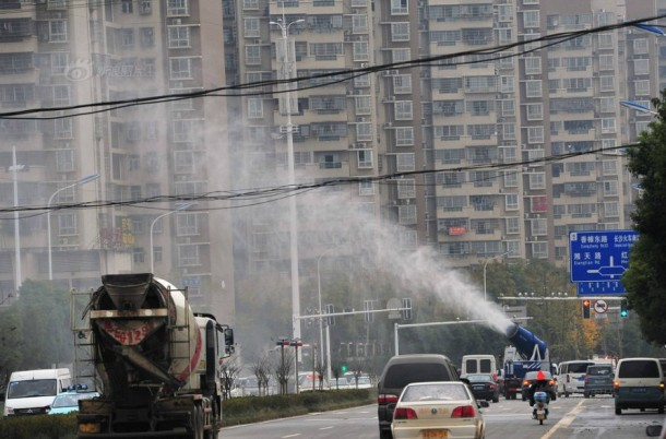 China Is Fighting Pollution By Using Water Mist Cannons 4