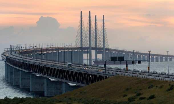 This Amazing Bridge Bridge Transforms Into a Tunnel