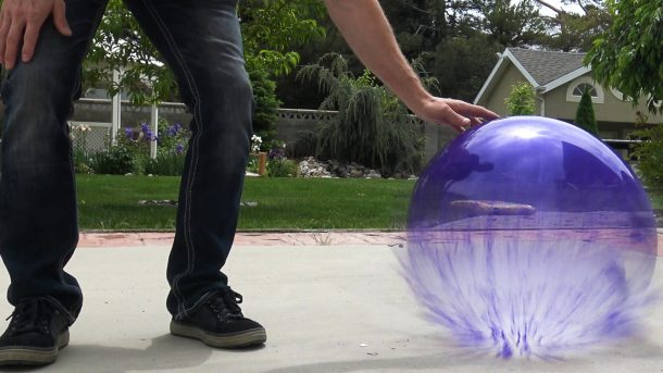 He Fills A Balloon With Liquid Nitrogen What Happens Next Will Leave You Flabbergasted_Image 1