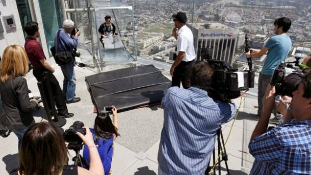 L.A. Glass Slide Opens Atop A Skyscraper, 1000 feet Above Ground_Image 4