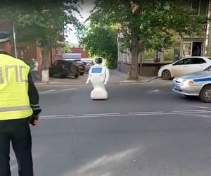 Renegade Russian Robot Escapes From The Lab And Disrupts The Traffic_Image 1