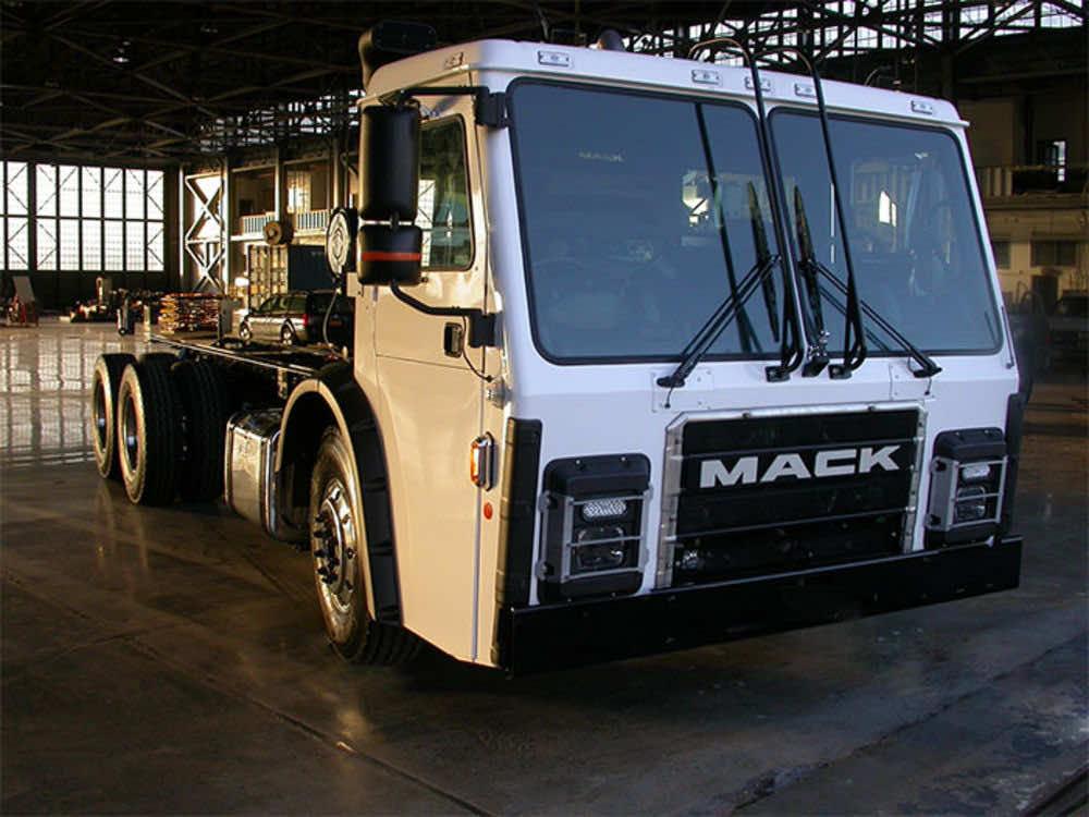 Tesla Co-Founder Creates Self-Charging Garbage Truck_Image 2