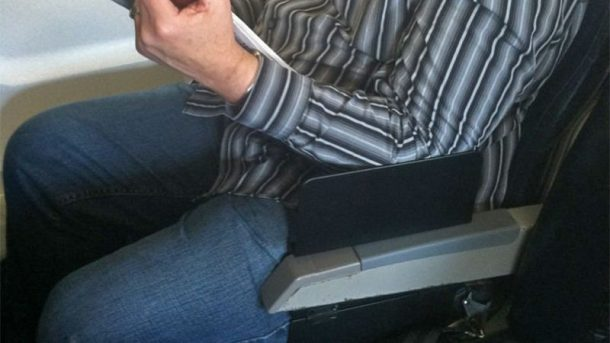 Create A Space Portable Seat Partition Makes Armrest Sharing In Airplanes Easier_Image 1