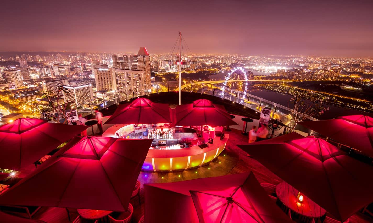 ce-la-vi-sky-bar-at-night-in-marina-bay