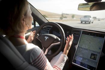 heres-how-the-tesla-autopilot-update-blocks-inattentive-users_iamge-0