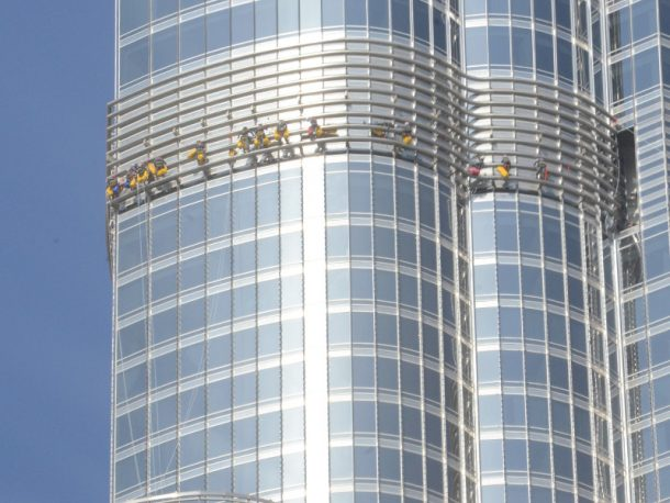 the-worlds-tallest-building-will-now-house-the-largest-led-screen-in-the-world_image-2