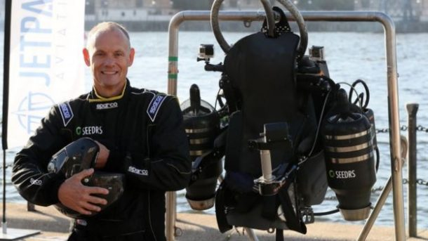 this-incredible-video-shows-a-guy-as-he-flies-over-thames-in-a-real-life-jetpack_image-2