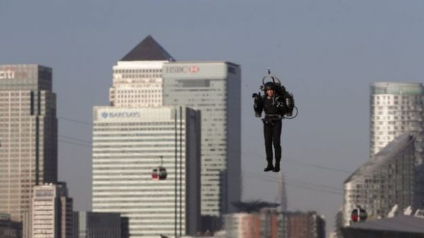 this-incredible-video-shows-a-guy-as-he-flies-over-thames-in-a-real-life-jetpack_image-4