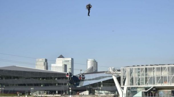 this-incredible-video-shows-a-guy-as-he-flies-over-thames-in-a-real-life-jetpack_image-6