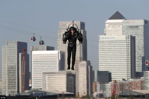 this-incredible-video-shows-a-guy-as-he-flies-over-thames-in-a-real-life-jetpack_image-7