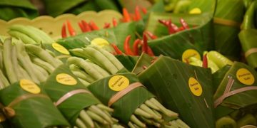 Thai Supermarket Is Using Banana Leaves For Packaging!
