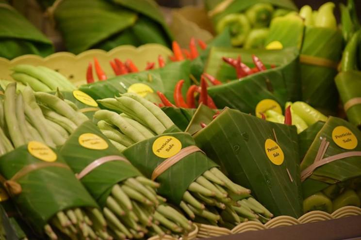 Thai Supermarket Is Using Banana Leaves For Packaging!