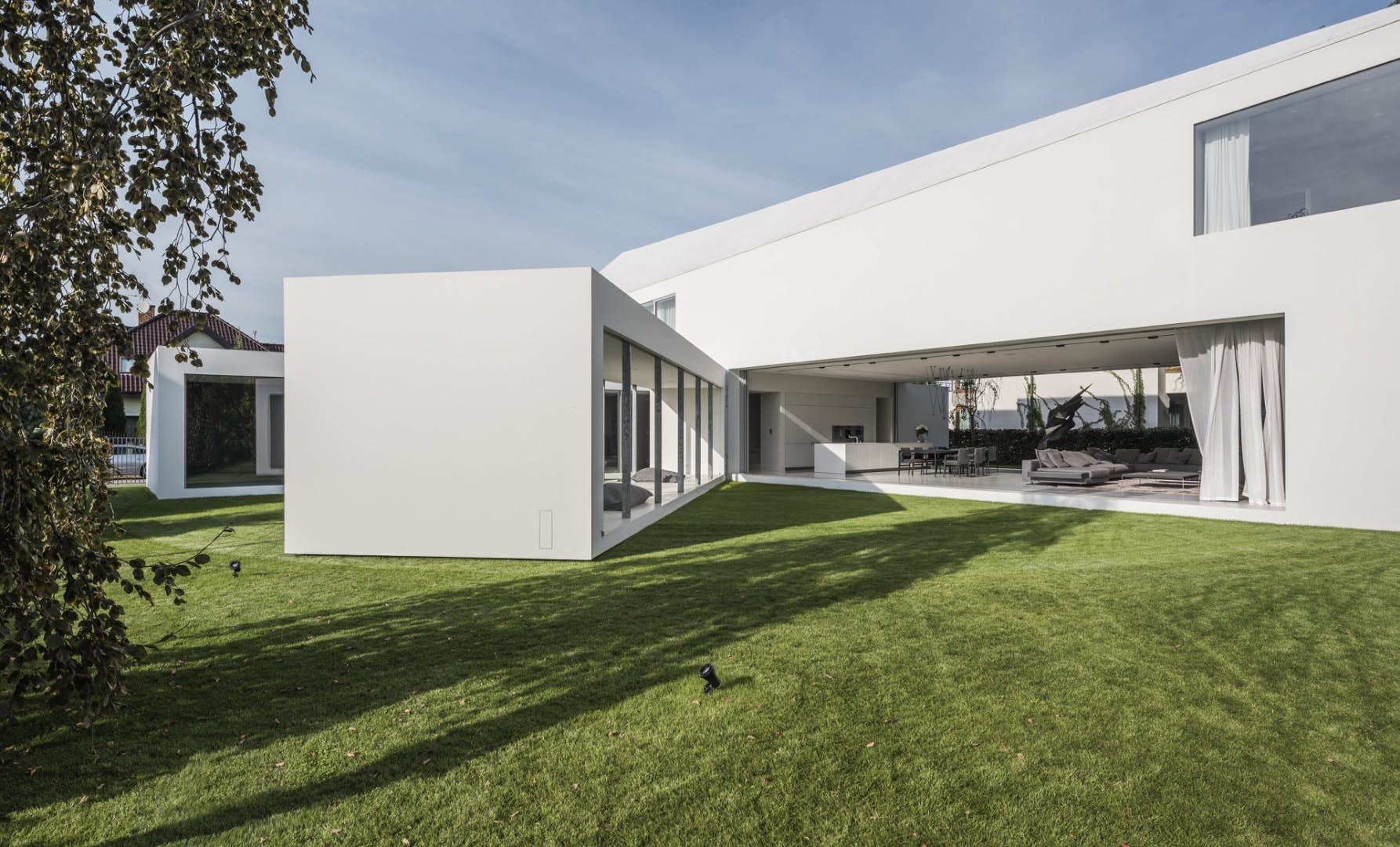 The Quadrant Home By KWK Promes Moves According To Sun