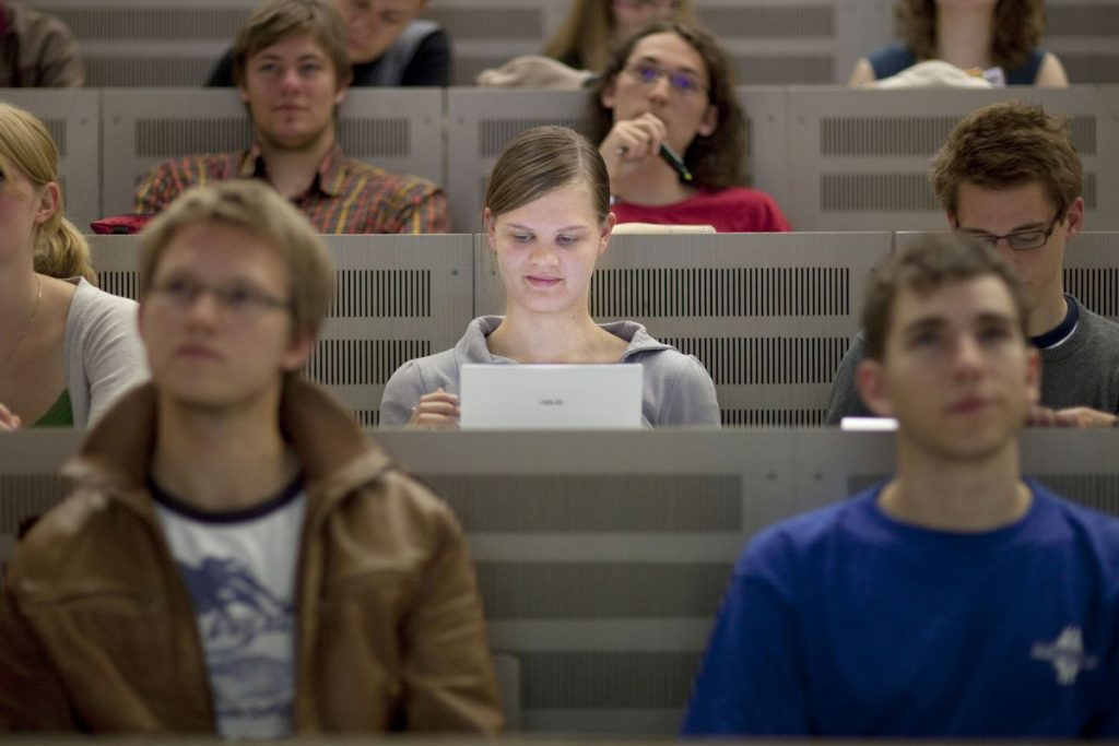 This Is Why Students Should Not Use Laptops For Taking Notes