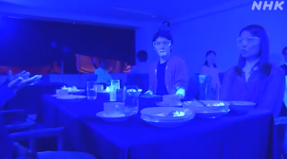 How Quickly A Virus Can Spread In A Restaurant – Black Light Experiment